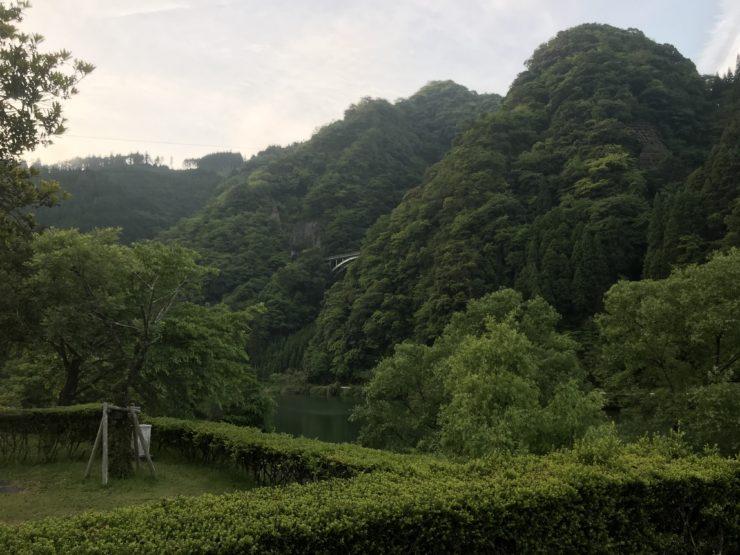 キャンプ場の山